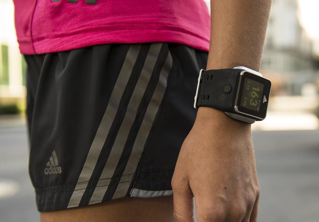 adidas micoach smart run la montre du sportif connect e. Black Bedroom Furniture Sets. Home Design Ideas